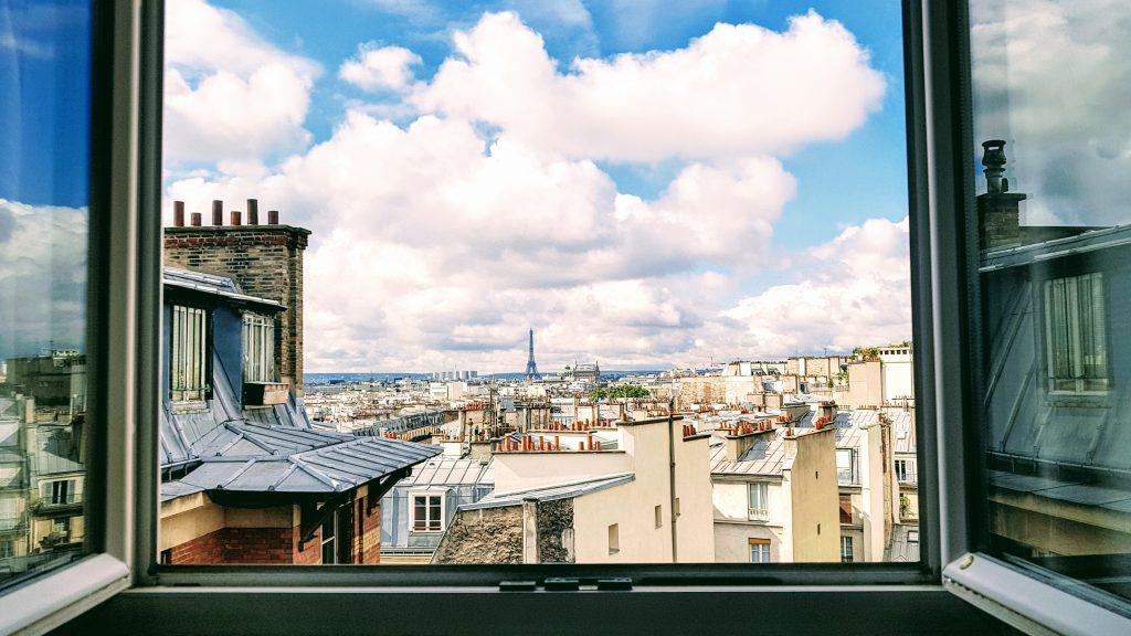 Vue sur Paris depuis une fenêtre