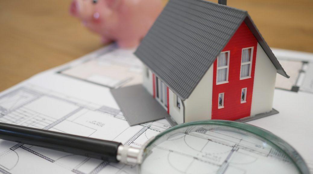 loupe maison miniature sur un plan